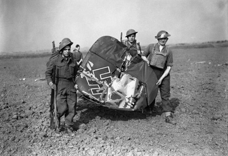 British soldiers, Messerschmitt Bf.110