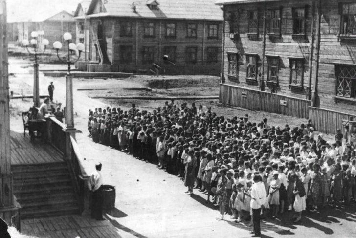 Schoolchildren from their city of Molotovsk