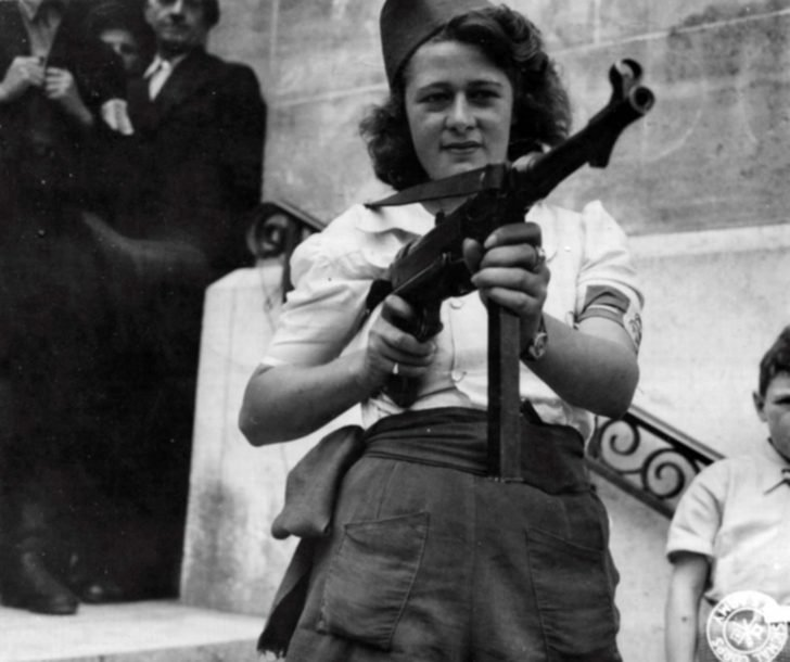 Parisian Nicole, MP 40 submachine gun